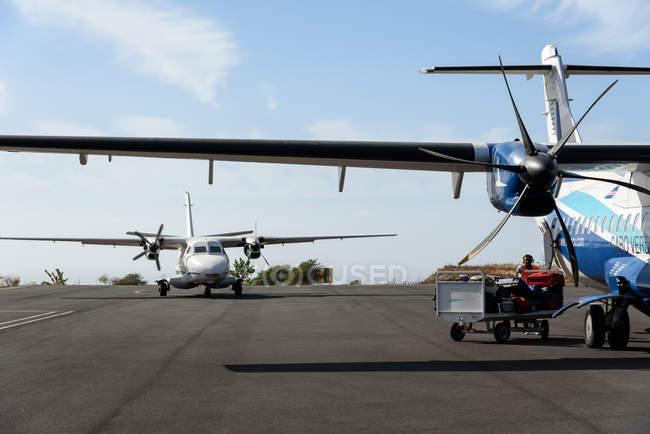 Cabo Verde, Praia, Praia, aeródromo local com pequenos aviões no vulcão Fogo. — Fotografia de Stock