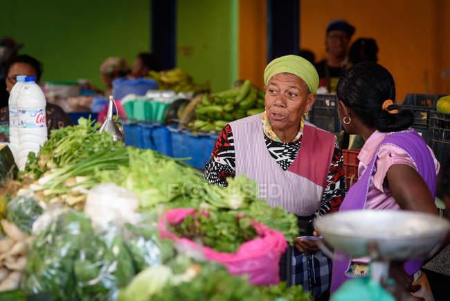 Capo Verde, Sao Vicente, Mindelo, donne locali al mercato delle verdure . — Foto stock