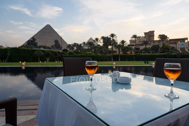 Єгипет, Гіза, Al Haram The Hotel домі Менській ресторан, стіл з чарки на заході сонця, на тлі видом на піраміду — стокове фото