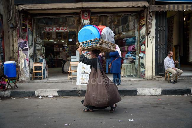 Égypte, gouvernorat du Caire, vue de la femme portant sur la tête panier au bazar — Photo de stock