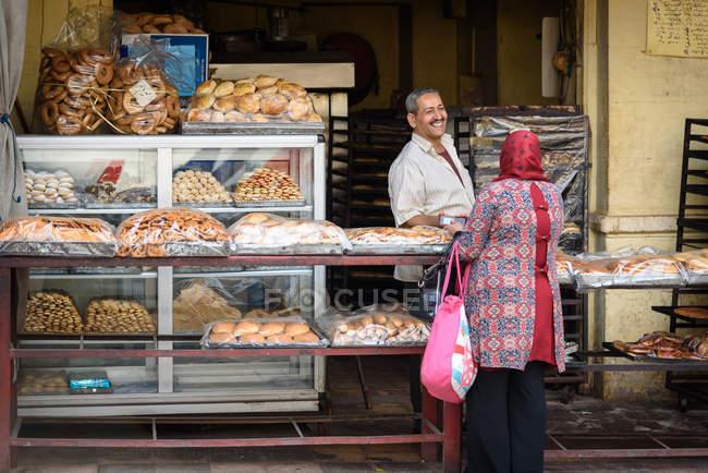 Bäckerei mit frischen Backwaren und Käufer, Kairo, Kairo Governorate, Ägypten — Stockfoto