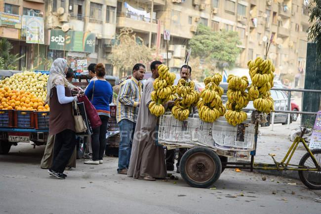 Ägypten, Gouvernement Kairo, Sakkara, Menschen, die auf der Straße gehen — Stockfoto