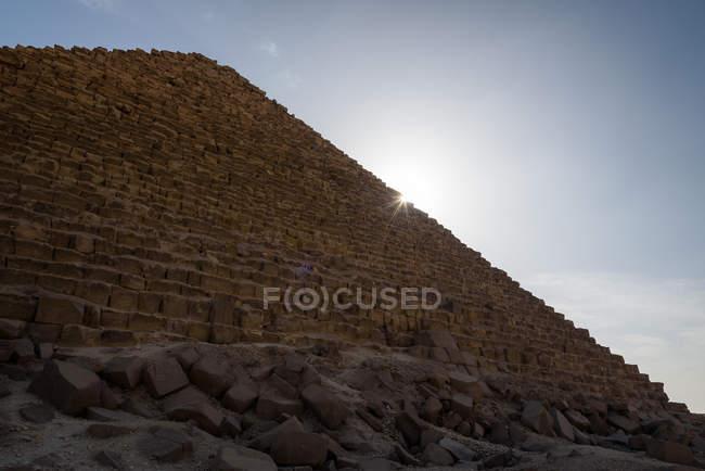 Egitto, Giza Gouvernement, Giza, Le Piramidi di Giza vista dal basso alla luce del sole — Foto stock