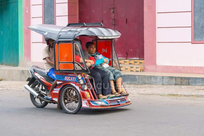 Modern rickshaw in Jailolo on northern Molikken, Kabupaten Halmahera Barat, Maluku Utara, Indonesia — Stockfoto