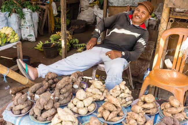 Індонезія, Сулавесі Утара, Кота Бітунг, місцеві жителі на картоплі стоять у Бітунзі на Сулавесі Утара — стокове фото