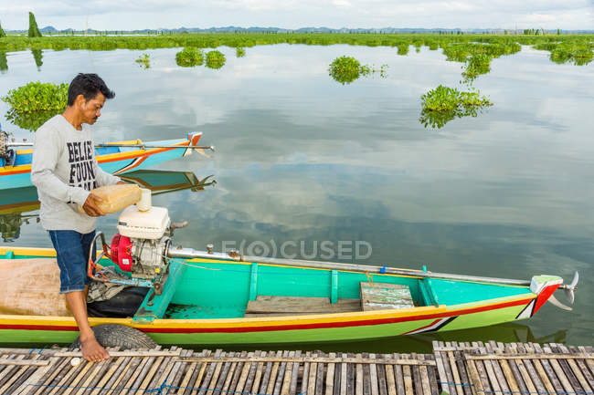 Indonesia, Sulawesi Selatan, Kabupaten Soppeng, man making boat ready for departure — Stock Photo