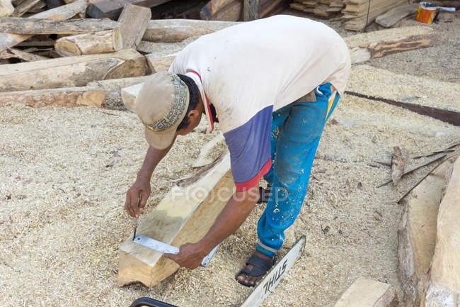 Індонезія, Сулавесі Селатан, Булукумба, людина малює дерево, суднобудування, пляж — стокове фото