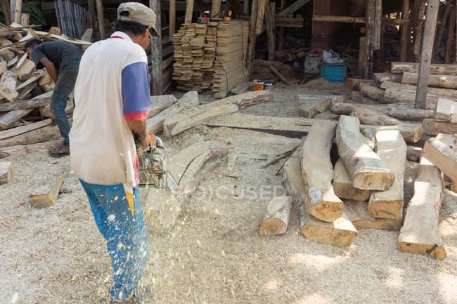 Індонезія, Сулавесі Селатан, Булукумба, Людина з бензопилою, будівництво кораблів, пляж — стокове фото