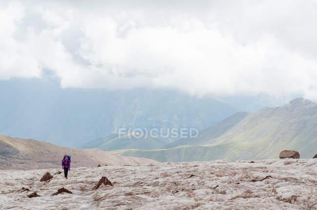 Alpinista de Geórgia, Mtskhet-Mtianeti, Stepanzminda, Kazbegtour, na montanha forma — Fotografia de Stock