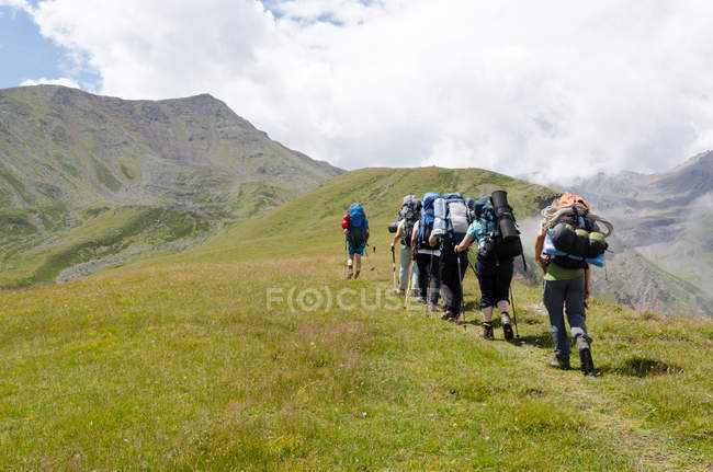Geórgia, Mzcheta-Mtianeti, Stepanzminda, Kazbegtour, pessoas a caminho de Arsha Pass — Fotografia de Stock