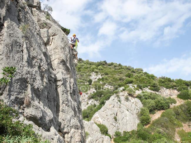 SARDEGNA, ITALIA - 20 OTTOBRE 2013: scalatore su roccia calcarea — Foto stock