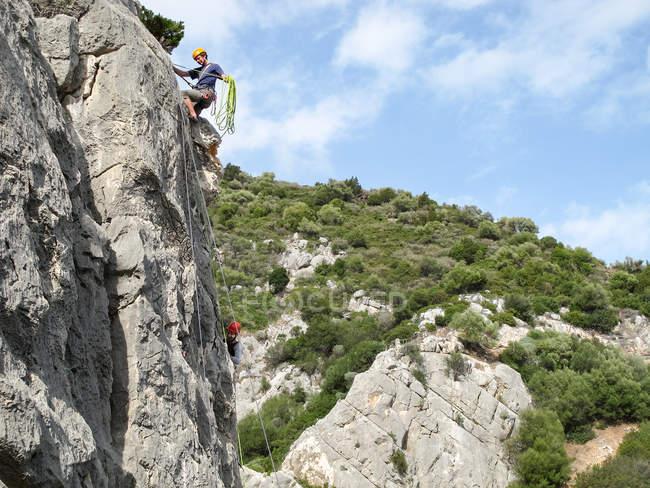 SARDINIA, ITÁLIA - OUTUBRO 20, 2013: escalador em pedra calcária — Fotografia de Stock