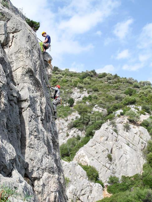 SARDINIA, ITALY - OCTOBER 20, 2013: climbers on limestone rock — Stock Photo