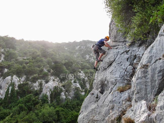 SARDEGNA, ITALIA - 20 OTTOBRE 2013: arrampicatore su ripide pareti calcaree — Foto stock