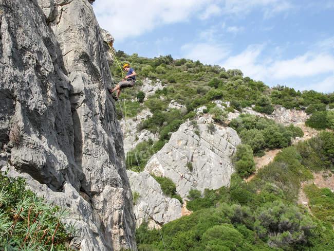 ISARDINIA, ITALIA - 20 OTTOBRE 2013: arrampicatore su roccia calcarea — Foto stock