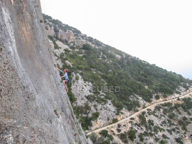 Italy, Sardinia, Climbing on steep cliff wall, Climbing on steep cliff wall — Stock Photo