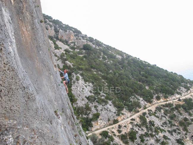 Italia, Sardegna, arrampicata su parete ripida scogliera, arrampicata su parete ripida scogliera — Foto stock