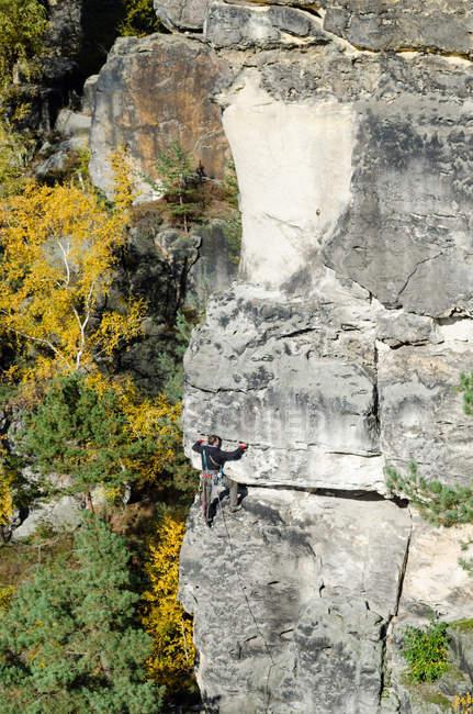 Германия, Саксония, Саксонская Швейцария, восхождение на тур на Hirschgrundkegel, альпинист в соседних рок, Vorderer Hirschgrundturm — стоковое фото