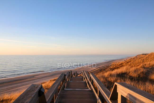 Deutschland, Schleswig-Holstein, Sylt, Wenningstedt, hölzerne Treppe zum Strand — Stockfoto
