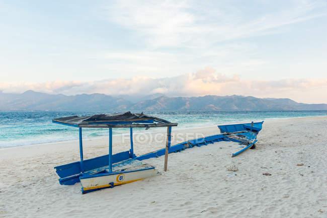 Індонезія, Нуса-Тенгара Barat, Utara Ломбок, Broken човен на острові Пантай Gili Мено — стокове фото