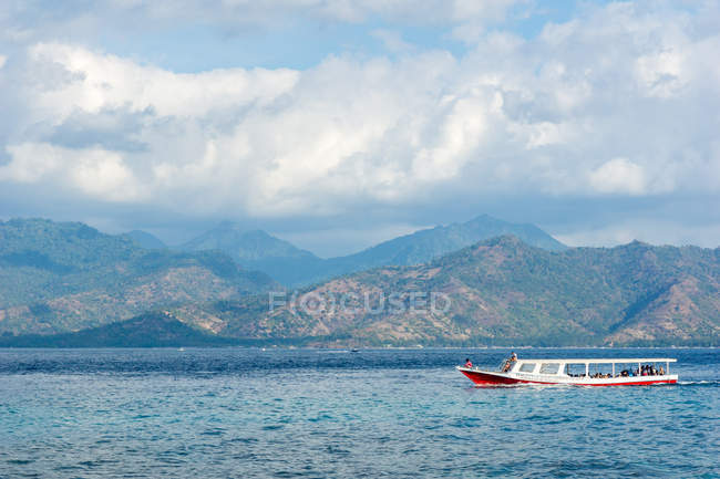 Nusa Tenggara Barat, Lombok Utara, Indonésie, sur l'île de Pulau Gili Meno, bateau au large de l'île de Pulau Gili Meno — Photo de stock