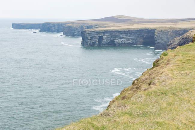 Irlanda, Contea di Clare, Kilbaha, Cliff Coast in Irlanda in riva al mare ad Aill Na Brun — Foto stock