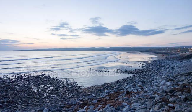 Irland, County Clare, Stein Strand bei Sonnenuntergang, Küste in der Nähe von Lahinch — Stockfoto
