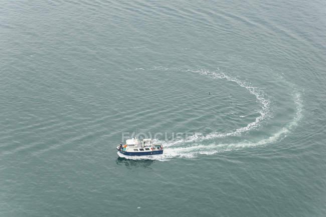 Ирландия, графство Клэр, скалы Мохер, лодка сверху — стоковое фото