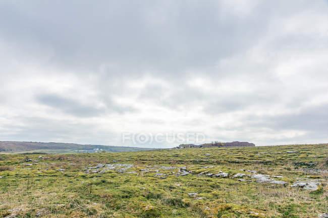 Irland, County Clare, graue Wolkendecke über flache Naturgebiet, Caherconnel Stone Fort — Stockfoto