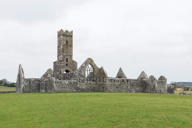 Ireland, Offaly, Clonmacnoise, Clonmacnoise monastery ruin in County Offaly on River Shannon — Stock Photo