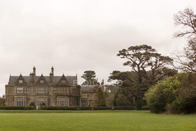 Irlanda, Kerry, Contea di Kerry, Killarney National Park, Castello con ampia area verde — Foto stock