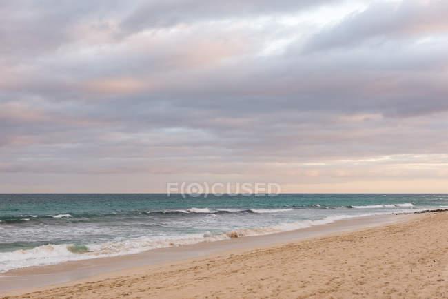 Испания, Канарские острова, Фуэртевентура, гроза над морем на испанский остров Фуэртевентура — стоковое фото