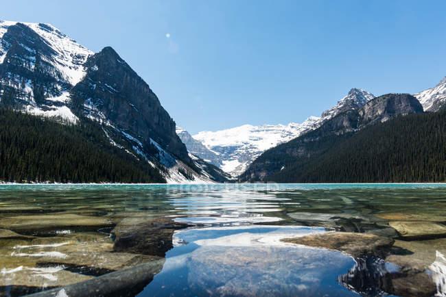 Canada, Alberta, Parco nazionale di Banff, Lago limpido e paesaggio montano — Foto stock