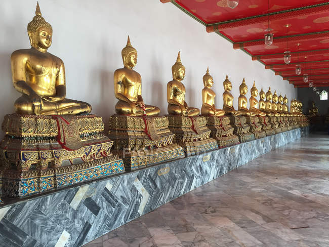 Thailand, Centralthailand, Bangkok, Buddhastatues in the royal Buddhist temple Wat Pho in the center of the historic old town — Stock Photo