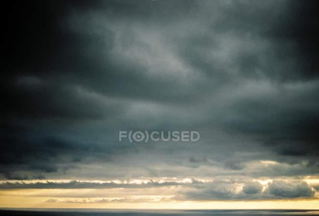Grécia, Makedonia Thraki, Potamia, Nuvens Cinzentas sobre o mar tempestuoso — Fotografia de Stock