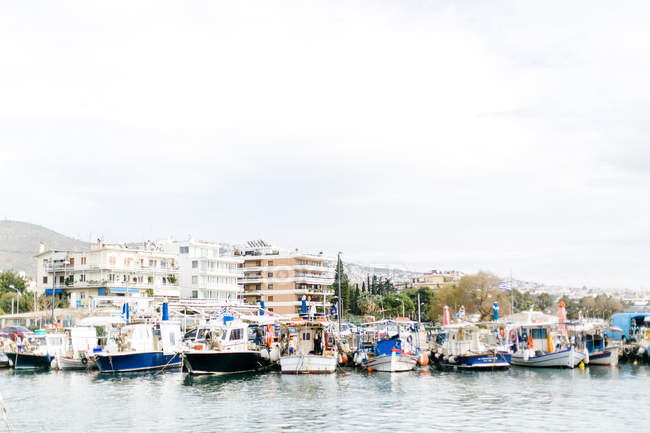 Griechenland, Attika, glifada, traditionelle alte Fischerboote im kleinen Hafen — Stockfoto
