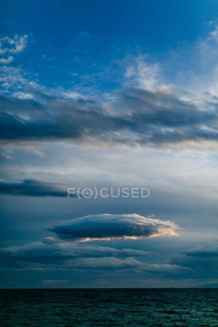 Греція, Аттика, Палео-Фаліро, вечір видом на море та хмарно skyline — стокове фото