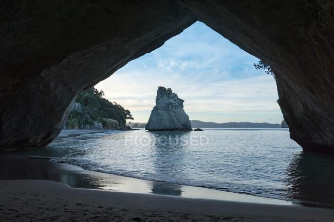 Nuova Zelanda, Waikato, penisola di Coromandel, baia della cattedrale, Hahei, paesaggio marino con rocce dalla costa vedendo dalla grotta — Foto stock