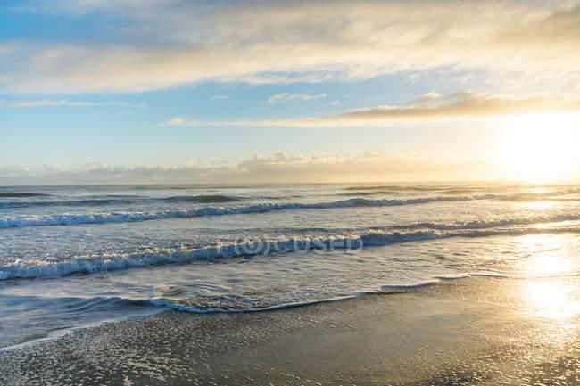 Neuseeland, Gisborn, Pouawa, Sonnenuntergang am Meer — Stockfoto
