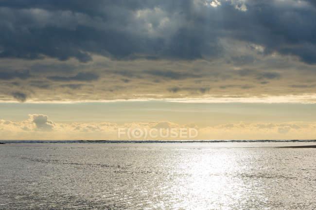 Nouvelle-Zélande, Taranaki, Tongaporutu, coucher de soleil dans la baie de Taranaki Nord — Photo de stock