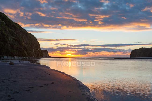 Coucher de soleil à la mer, Tongaporutu, Taranaki, Nouvelle-Zélande — Photo de stock