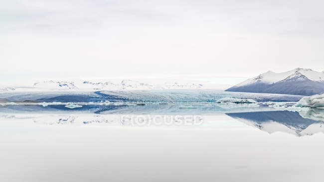 Mountains reflecting in glacier lagoon water, Iceland — Stock Photo