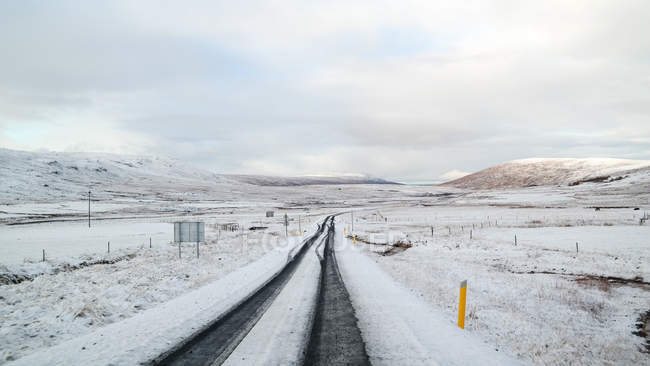 Diminuindo a vista em perspectiva de estrada Nevada, Islândia — Fotografia de Stock