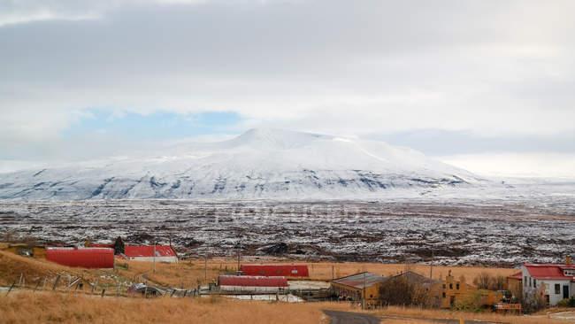 Povoamento da Islândia, Reykjavik, na frente de montanhas nevadas na Islândia — Fotografia de Stock