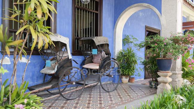 Riquixás no pátio da mansão azul, Pulau Pinang, Malásia — Fotografia de Stock