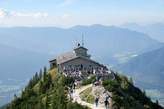 Germany, Bavaria, people on road to Kehlsteinhaus in Berchtesgadener Land — Stock Photo
