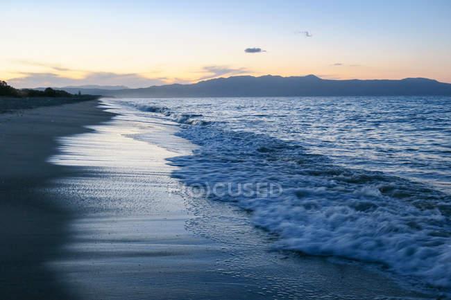 Grèce, Crète, La Canée, coucher de soleil sur la plage de La Canée — Photo de stock
