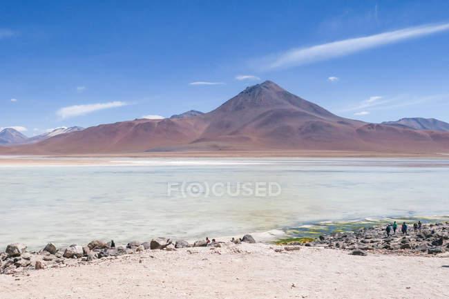 Bolivien, Departamento de Potosi, Laguna Verde in Bolivien, Blick auf die Berge See im Sonnenlicht — Stockfoto
