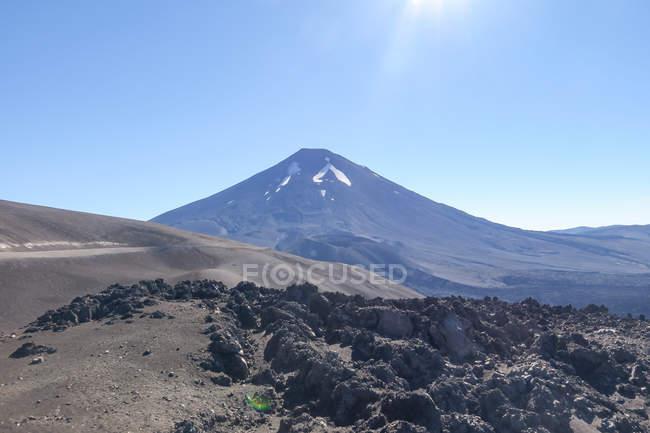 Chile, Malleco, Sunny paisagem com vulcão em Malalcahuello — Fotografia de Stock