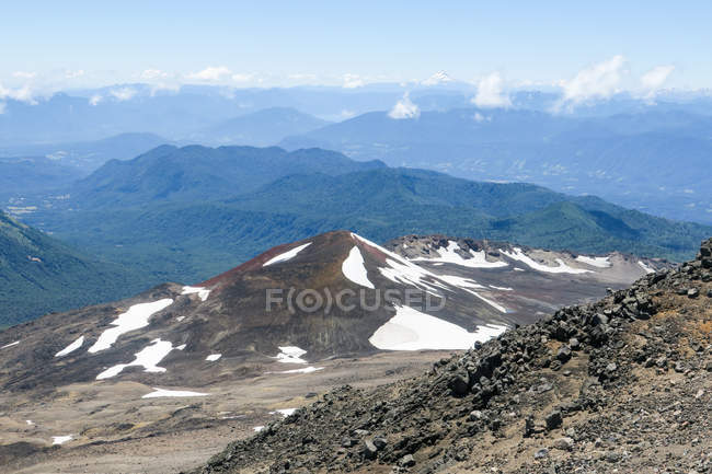Chile, snow on the Quetrupillan volcano, mountains range view on background — Foto stock
